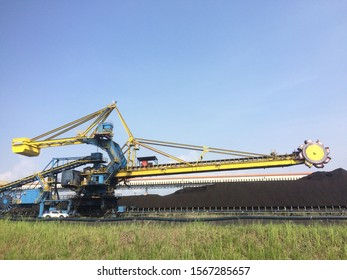 Heavy duty unit named Stacker Reclaimer that serves to take coal from stockpile to belt conveyor