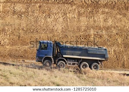 A heavy fouraxle dump