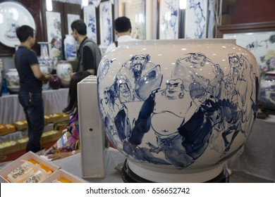 HEFEI CHINA-September 21, 2014: consumers visited the Eighth China (Hefei) international cultural exposition to buy Chinese Jingdezhen ceramic art.