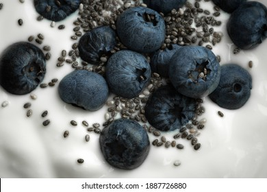 Heidelbeerjoghurt Heidelbeeren mit Chiasamen Joghurt Close-up - Shutterstock ID 1887726880