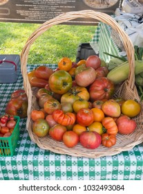 Heirloom tomatoes on sale at outdoor farmers market