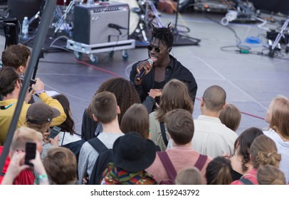 Helsinki, festival, concert, music, musician, live, band, outdoor, stage, performance, entertainment, famous, gig, play, american, Moses, Sumney, player, balloon, ball, Finland, Finnish, audience, eur