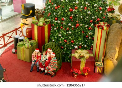 Henderson, NV, USA - Dec 06-2018 - Photo shoot of Santa Claus posing with a family in front of a Christmas tree at the shopping mall Galleria at Sunset, Las Vegas.