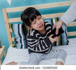 Her mother hold the phone with a crying child, Do not use the smartphone