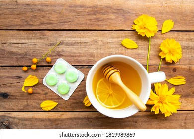 Kräutergesunde Getränke heiße Honigmönche und Lenze für die Gesundheitsversorgung Halsschmerzen mit Zitronenscheibe, Blumen Kosmosanordnung flacher Laienstil auf Holzhintergrund