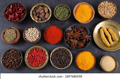 Kräuter und Gewürze in Metallschalen. Speisen und Speisen. Farbige natürliche Additive.