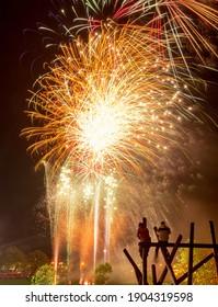 Ici, deux adolescents ont grimpé au sommet d'un cadre d'escalade pour avoir une meilleure vue de l'exposition de feux d'artifice de nuit de Nottinghams.