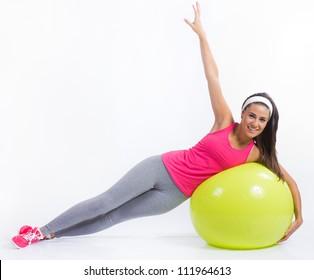 hermosa mujer morena practicando fitness