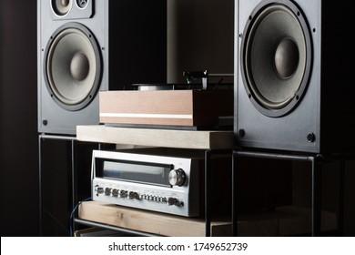 HiFi-System mit Turntable, Verstärker und Lautsprechern im Studio