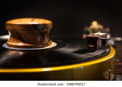 Table tournante HI-FI jouant un disque vinyle. Musique sonore analogique