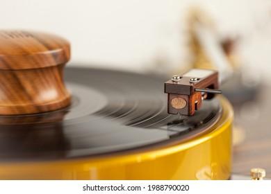 Table tournante HI-FI jouant un disque vinyle. Musique sonore analogique . Arrière-plan blanc