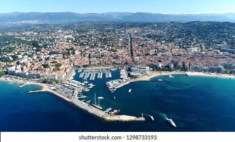 Photo aérienne de haute altitude d'hélicoptère montrant Cannes, ville située sur la Côte d'Azur et animée du Festival du Film annuel, connue pour son association avec la ville riche et célèbre