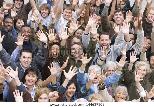 Hochwinkel-Sicht der Gruppe glücklicher, multiethnischer Menschen, die sich zusammenstellen