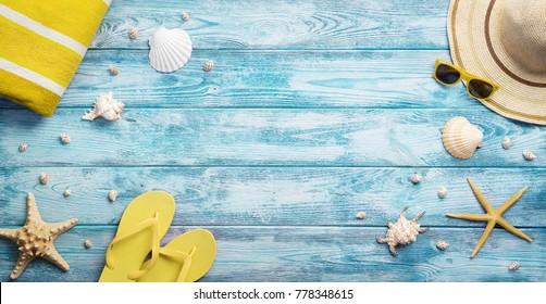 Vue en grand angle de l'été, vacances, accessoires de plage sur fond bleu bois avec espace pour copie