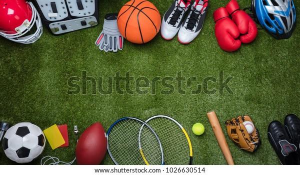 Высокий угол зрения различных видов спортивного оборудования на зеленой траве