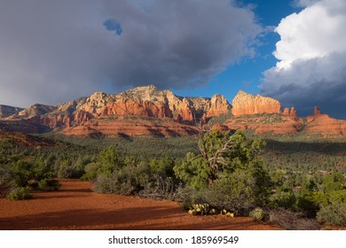 The high desert of Sedona, Arizona, with spectacular view of sandstone cliffs.
