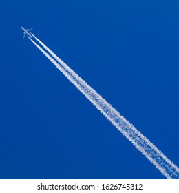 High flying Airplane with contrail