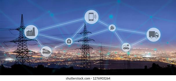 Hochleistungs-Stromleitungen, die an intelligente Netze angeschlossen sind. Energieversorgung, Energieverteilung, Energieübertragung, Energieübertragung, Hochspannungsnetzteil-Konzeptfoto, intelligentes Netz, intelligentes Zuhause