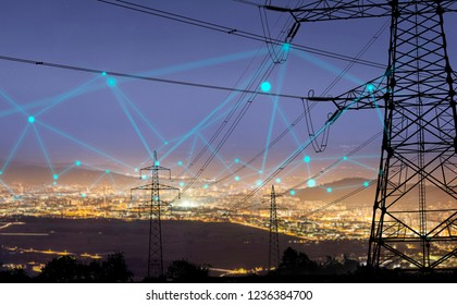 Hochleistungs-Stromleitungen in städtischen Gebieten, die an ein intelligentes Netz angeschlossen sind. Energieversorgung, Energieverteilung, Energieübertragung, Energieübertragung, Hochspannungs-Versorgungskonzept Foto.