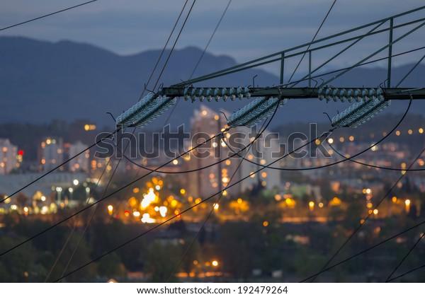 Hochleistungs-Stromleitungen in städtischen Gebieten. Energieversorgung, Energieverteilung, Energieübertragung, Energieübertragung, Hochspannungs-Versorgungskonzept Foto.