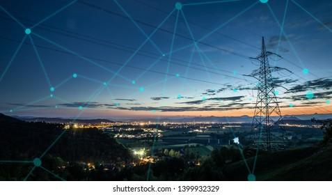 Hochleistungs-Stromnetz über der Skyline der Stadt