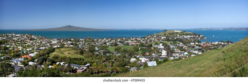 High Resolution Panorama of Auckland's Hauraki Gulf, with Rangitoto to North Head and then the Eastern Suburbs. Taken from Mount Victoria in Devonport