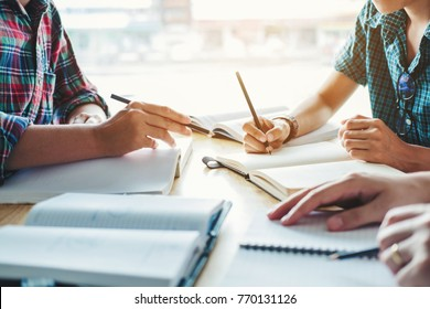 High School- oder College-Studenten, die zusammen in Bibliotheksbildungskonzepten lernen und lesen
