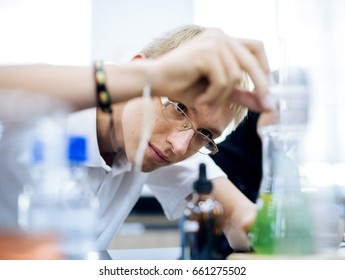 High school students studying in chemistry laboratory experiment class