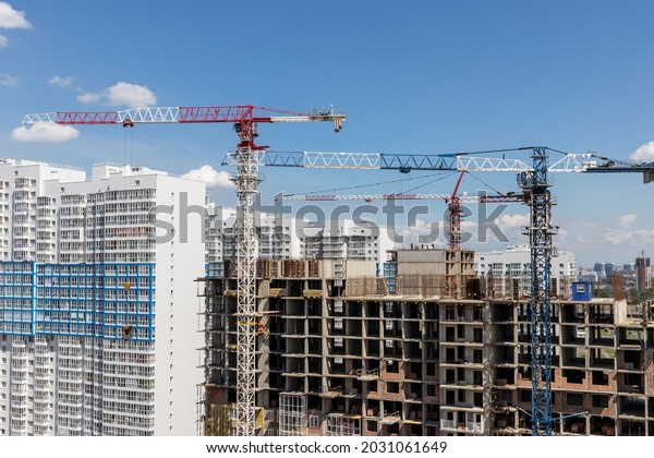 highrise-cranes-on-construction-resident