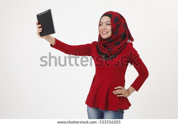 hijab sefie with diigital tablet