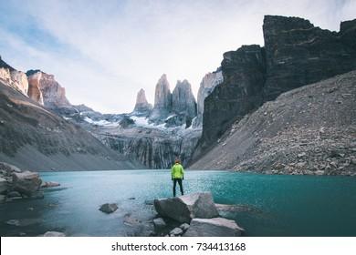 Hiker vor Torres del Paine Patagonia
