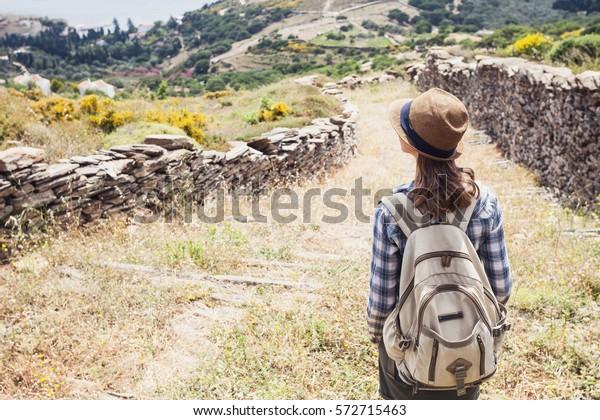 Wanderreisende auf Wanderweg, Reise und aktives Lifestyle-Konzept