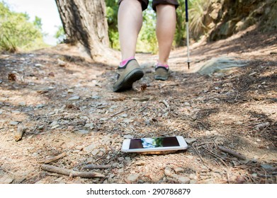 hiker who lost the smartphone on the road