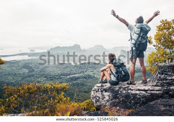 Senderismo en la cima de una montaña y con vistas al valle
