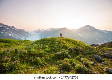 Wandermann in den kanadischen Bergen. Wandern ist die beliebte Freizeitaktivität in Nordamerika. Es gibt viele malerische Wege.
