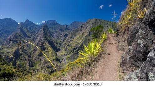 Wanderweg entlang dem Krater Cirque de Mafate bei Cape Noir (La Réunion)
