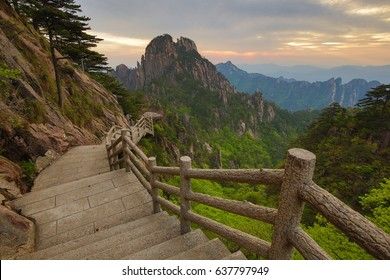 Hiking trail Huangshan Yellow mountain - Considered the most beautiful mountain in China