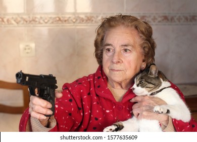 Hilarious lady protecting her cat