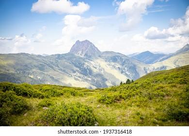 Hügelweg auf schönem Grün