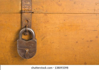 Hinged lock on the old chest