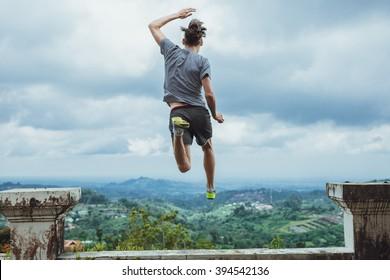 Hipster reisende hoppe mot fjellene, Bali
