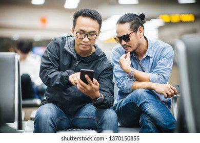 Hipsters Friends mit Smartphone
