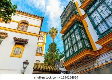 スペイン、セビリアのサンタクルーズ地区の歴史的建造物