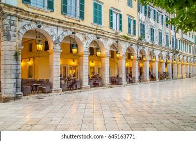 Historisches Zentrum der Stadt Korfu in der Dämmerung, Griechenland