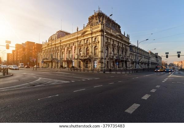 Historyczny Pałac Poznański, Łódź, Polska, Europa na zachodzie słońca.