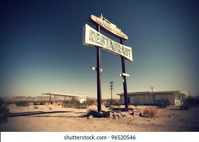 Historic vintage restaurant and gas station sign on old Route 66 in the desert, California, USA Historisches altes Restaurant und Tankstellen Schild an der Route 66 in der Wüste,  Kalifornien, USA