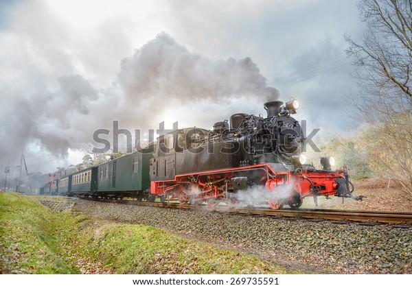 Historischer Dampfzug auf der Insel Rugen in Deutschland