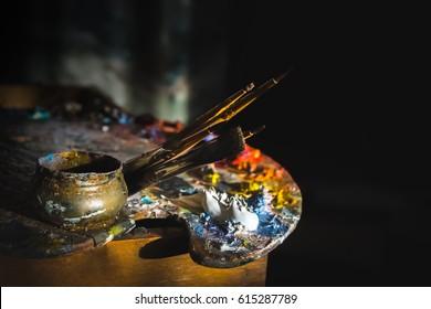 harrastukset, työ, taide ja elämä eri väreissä paletilla harjalla.