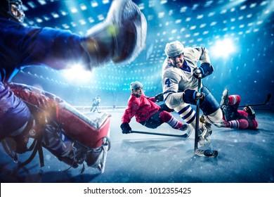Hockey-Spieler schießen den Puck und greifen an