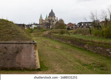 Hoge Fronten (high fronts)park in Maastricht is an 18th century fortification area with remains of the defense works which have been recently restored, with a spectaculair view on the Lambertus Church